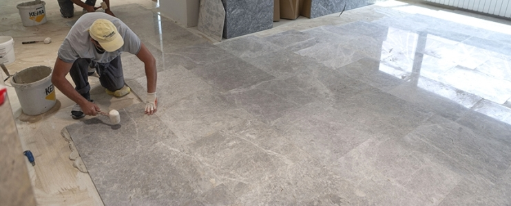 How to install natural stone in wet spaces